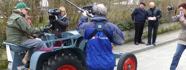 SWR-Mobil Filmteam in Aktion, mit Otto Hörnlein auf einem KRAMER Schlepper