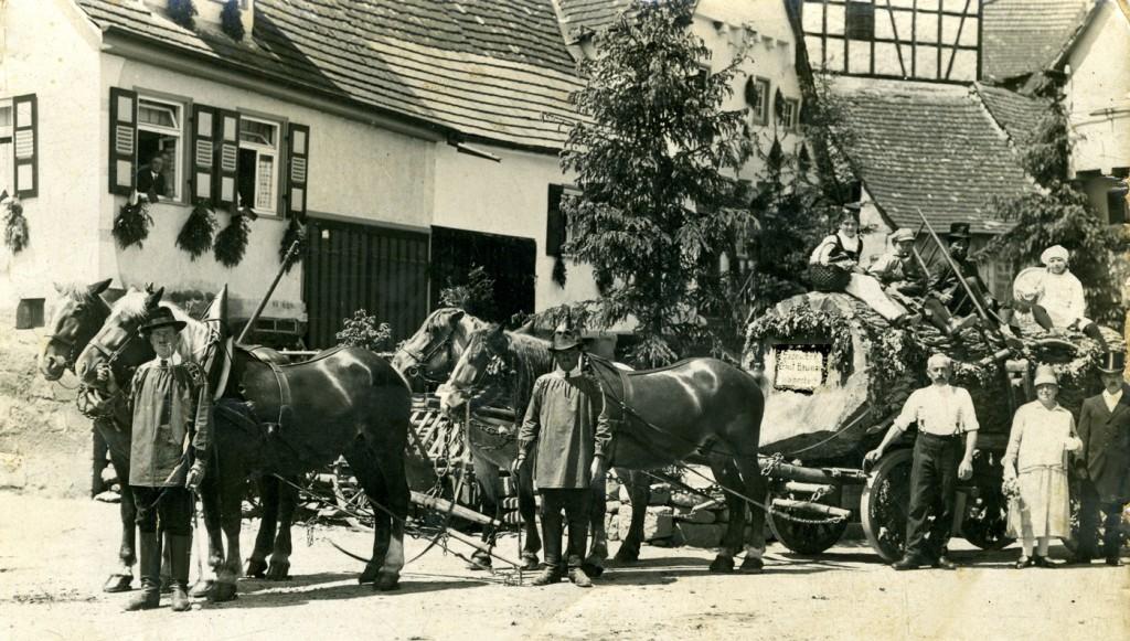 22. Juni 1928. Festzug der Sägerei Baumann in der Vorderen Seestrasse. 1. v. links: Ludwig Ebinger. 2. v.r.: Amalie Baumann; 3. v.r.: Ernst Baumann.